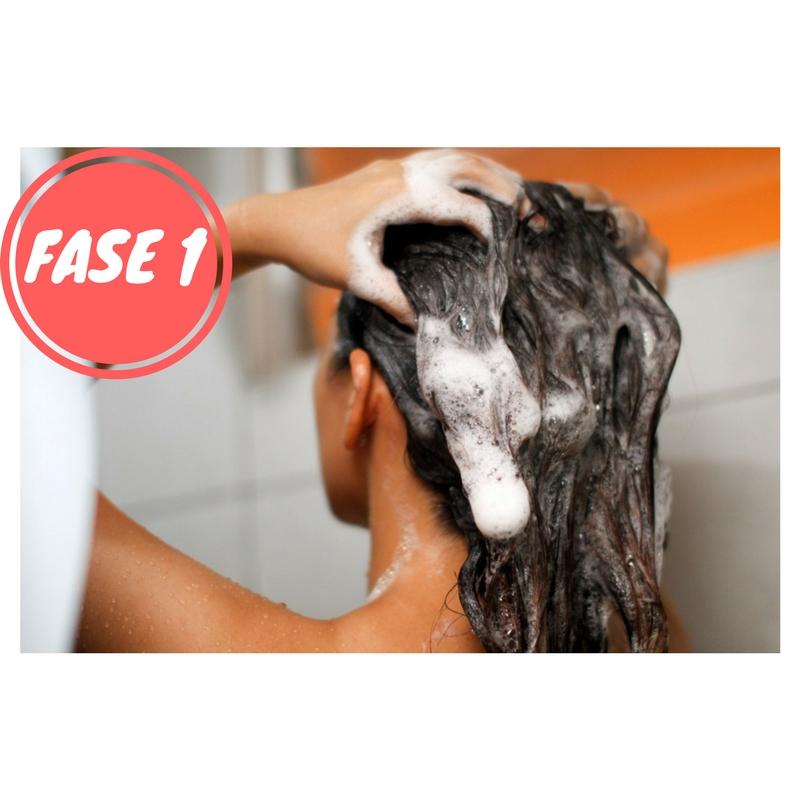 2) FASE2 2  Pre- asciugatura e applicazione mousse. Dopo aver lavato i  capelli e tamponati 3d209c681e32